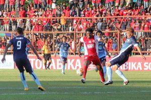 Lamine Diarrasouba,Penyerang PSM Makassar Asal Pantai Gading, Berusaha Melewati Pemain Persela Lamongan.