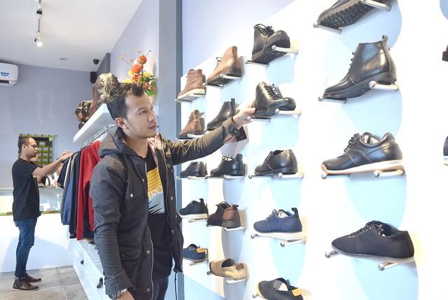 Brodo Lengkapi Kebutuhan Fashion Pria Makassar Mediawarta Pengunjung Tengah Mengamati