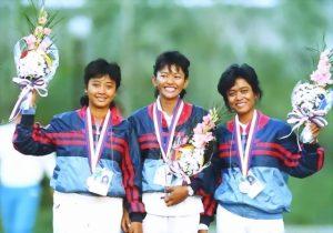 Nurfitriyana Saiman (tengah), Lilies Handayani (kiri), dan Kusuma Wardhani, saat meraih medali perak dalam Olimpiade Seoul 1988. Foto: Istimewa